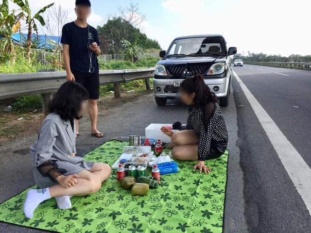 Hình ảnh gây phẫn nộ: Cả gia đình trải bạt, ăn uống trên cao tốc Nội Bài - Lào Cai bất chấp dòng phương tiện chạy rầm rập - Ảnh 2.
