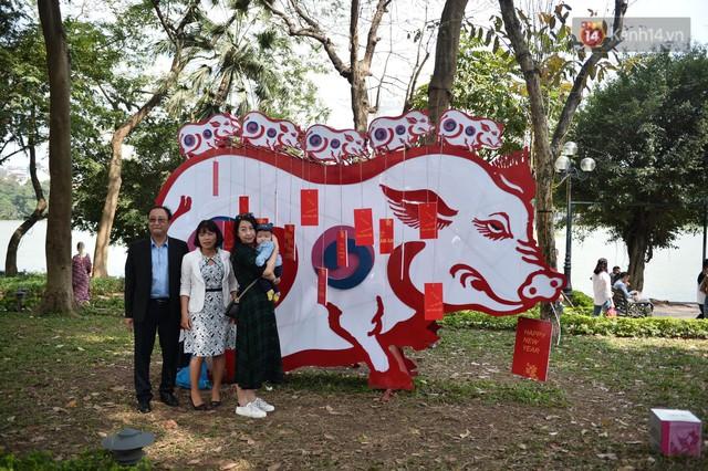 Du khách nườm nượp đổ về các khu vui chơi ở Hà Nội để xin chữ và chụp ảnh dịp Tết Kỷ Hợi 2019 - Ảnh 11.