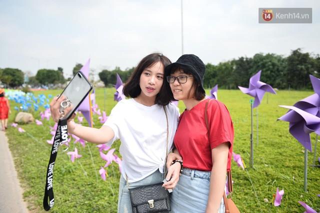 Du khách nườm nượp đổ về các khu vui chơi ở Hà Nội để xin chữ và chụp ảnh dịp Tết Kỷ Hợi 2019 - Ảnh 12.