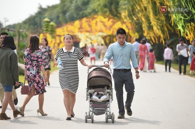 Du khách nườm nượp đổ về các khu vui chơi ở Hà Nội để xin chữ và chụp ảnh dịp Tết Kỷ Hợi 2019 - Ảnh 14.