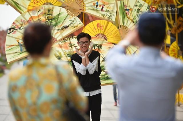 Du khách nườm nượp đổ về các khu vui chơi ở Hà Nội để xin chữ và chụp ảnh dịp Tết Kỷ Hợi 2019 - Ảnh 15.