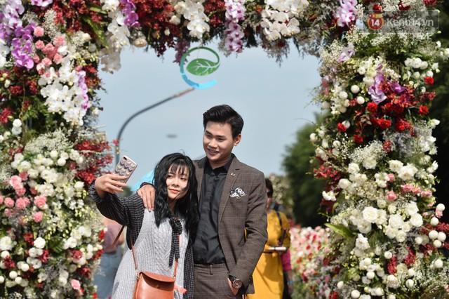 Du khách nườm nượp đổ về các khu vui chơi ở Hà Nội để xin chữ và chụp ảnh dịp Tết Kỷ Hợi 2019 - Ảnh 16.