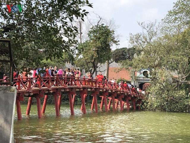 Thất vọng với cảnh nhếch nhác, đơn điệu quanh Hồ Gươm ngày Tết - Ảnh 17.