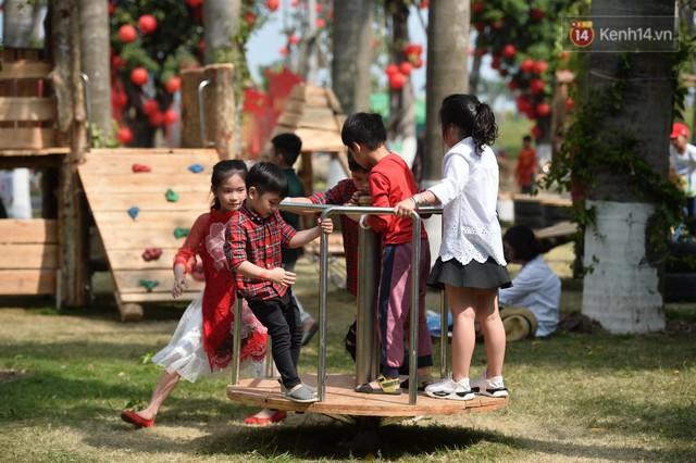 Du khách nườm nượp đổ về các khu vui chơi ở Hà Nội để xin chữ và chụp ảnh dịp Tết Kỷ Hợi 2019 - Ảnh 18.