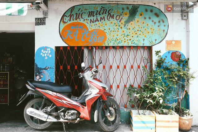 Ông giáo về hưu mang đến những bức tranh mùa xuân mới trong con hẻm nhỏ bình dị ở Sài Gòn - Ảnh 3.
