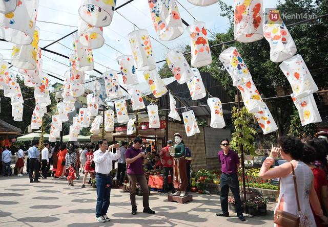 Du khách nườm nượp đổ về các khu vui chơi ở Hà Nội để xin chữ và chụp ảnh dịp Tết Kỷ Hợi 2019 - Ảnh 4.