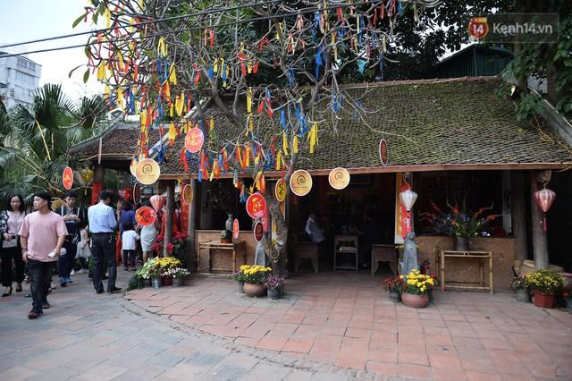 Du khách nườm nượp đổ về các khu vui chơi ở Hà Nội để xin chữ và chụp ảnh dịp Tết Kỷ Hợi 2019 - Ảnh 5.