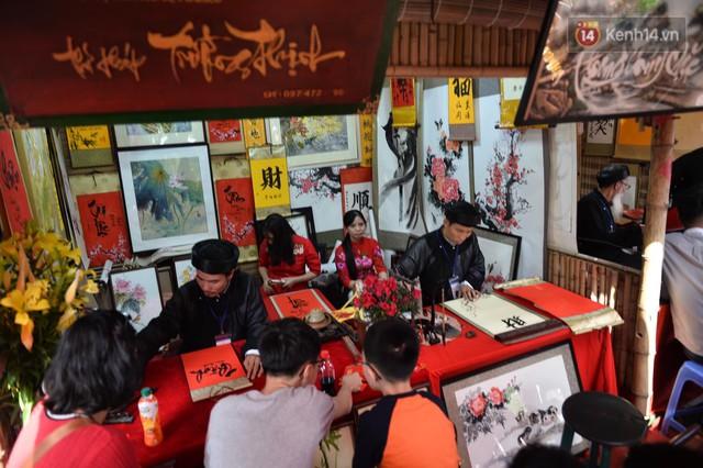 Du khách nườm nượp đổ về các khu vui chơi ở Hà Nội để xin chữ và chụp ảnh dịp Tết Kỷ Hợi 2019 - Ảnh 6.