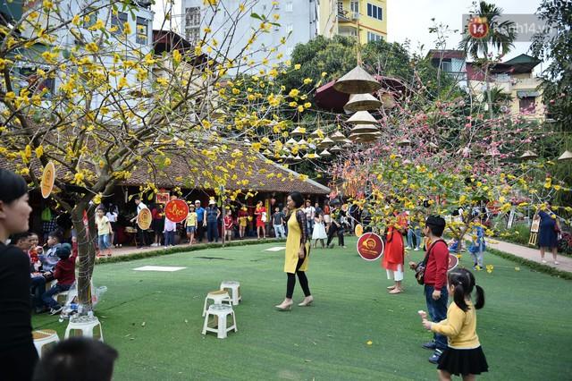 Du khách nườm nượp đổ về các khu vui chơi ở Hà Nội để xin chữ và chụp ảnh dịp Tết Kỷ Hợi 2019 - Ảnh 7.