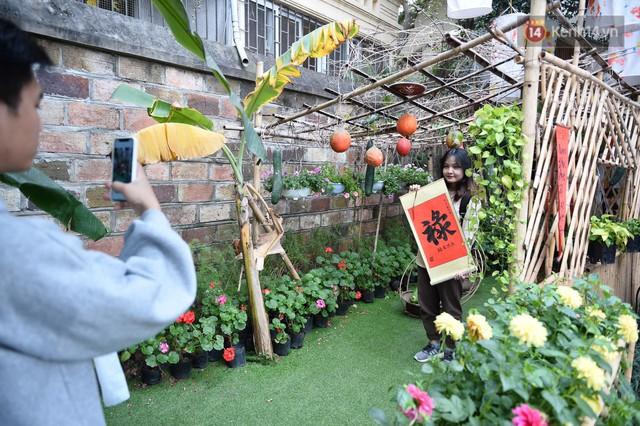 Du khách nườm nượp đổ về các khu vui chơi ở Hà Nội để xin chữ và chụp ảnh dịp Tết Kỷ Hợi 2019 - Ảnh 8.