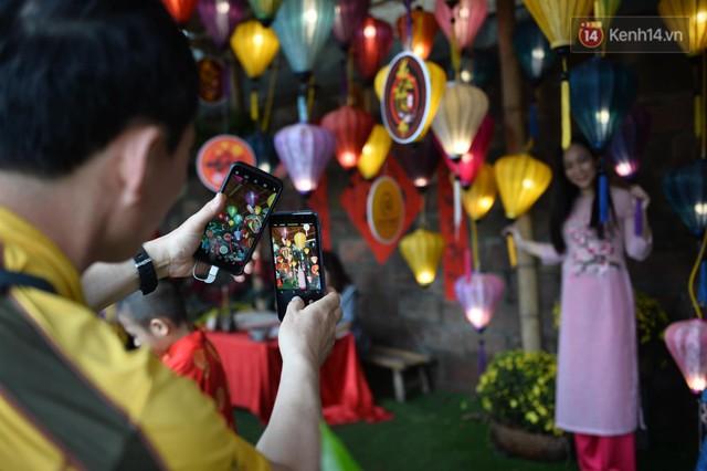 Du khách nườm nượp đổ về các khu vui chơi ở Hà Nội để xin chữ và chụp ảnh dịp Tết Kỷ Hợi 2019 - Ảnh 9.