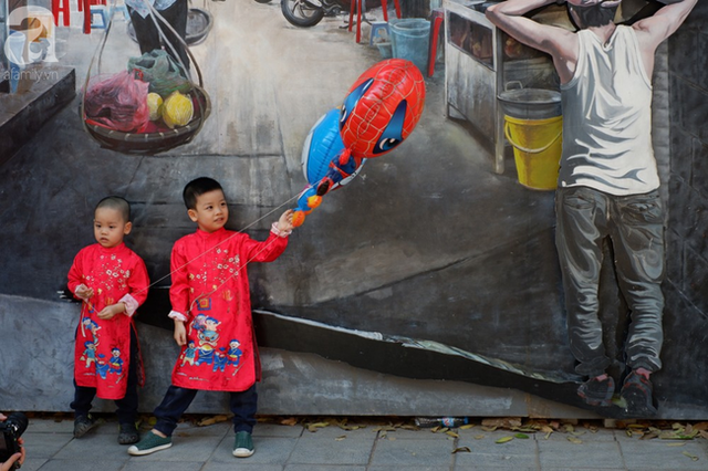 Nắng đẹp, người Hà Nội rủ nhau xuống phố du xuân, xúng xính áo dài chụp ảnh đầu năm mới - Ảnh 14.