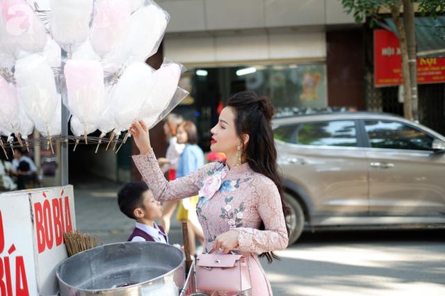 Nắng đẹp, người Hà Nội rủ nhau xuống phố du xuân, xúng xính áo dài chụp ảnh đầu năm mới - Ảnh 3.