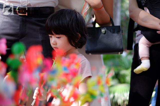 Nắng đẹp, người Hà Nội rủ nhau xuống phố du xuân, xúng xính áo dài chụp ảnh đầu năm mới - Ảnh 6.