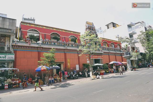 Người Sài Gòn tìm đến úp mặt tâm sự cùng tường đá trong ngôi đền Ấn giáo trăm tuổi - Ảnh 1.