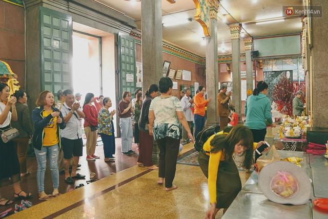 Người Sài Gòn tìm đến úp mặt tâm sự cùng tường đá trong ngôi đền Ấn giáo trăm tuổi - Ảnh 2.