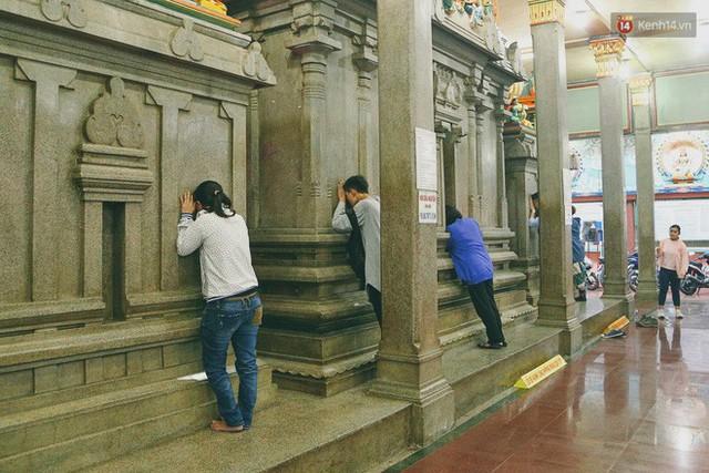 Người Sài Gòn tìm đến úp mặt tâm sự cùng tường đá trong ngôi đền Ấn giáo trăm tuổi - Ảnh 15.