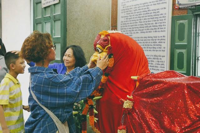 Người Sài Gòn tìm đến úp mặt tâm sự cùng tường đá trong ngôi đền Ấn giáo trăm tuổi - Ảnh 17.