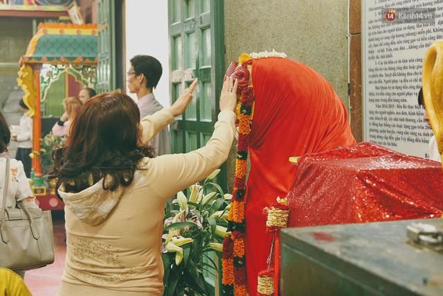Người Sài Gòn tìm đến úp mặt tâm sự cùng tường đá trong ngôi đền Ấn giáo trăm tuổi - Ảnh 18.