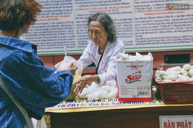 Người Sài Gòn tìm đến úp mặt tâm sự cùng tường đá trong ngôi đền Ấn giáo trăm tuổi - Ảnh 20.