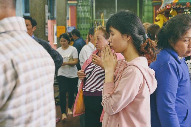 Người Sài Gòn tìm đến úp mặt tâm sự cùng tường đá trong ngôi đền Ấn giáo trăm tuổi - Ảnh 6.