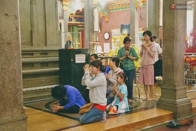 Người Sài Gòn tìm đến úp mặt tâm sự cùng tường đá trong ngôi đền Ấn giáo trăm tuổi - Ảnh 9.