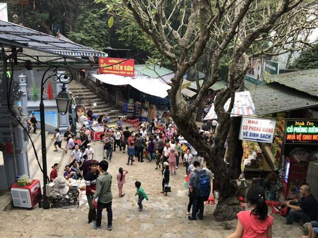 Khách về chùa Hương tăng cao, rác bủa vây khắp lối - Ảnh 1.