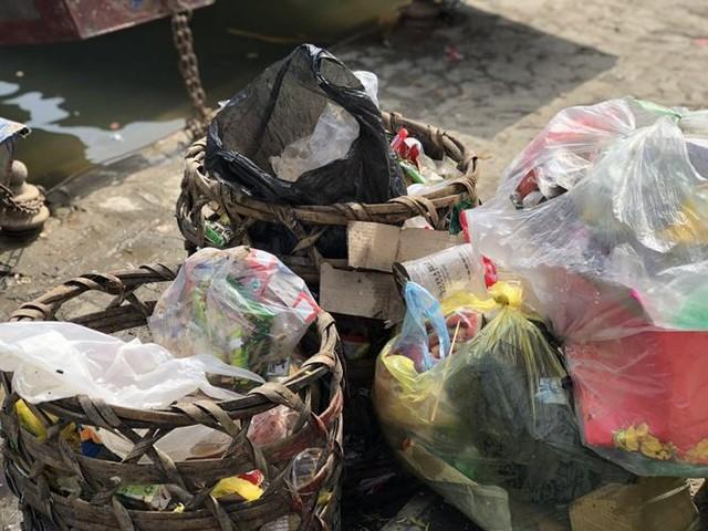 Khách về chùa Hương tăng cao, rác bủa vây khắp lối - Ảnh 3.