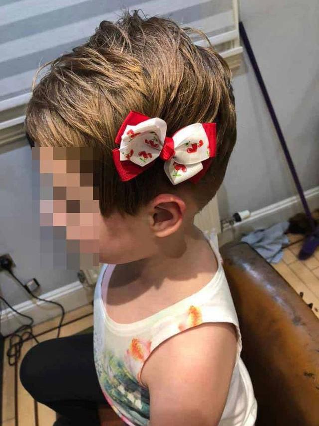 Kinh hoàng bé gái 5 tuổi gần như cạo trọc đầu sau khi bị nhân vật đáng sợ trong trò chơi trực tuyến ra lệnh - Ảnh 2.
