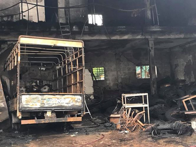 Cháy lớn lúc rạng sáng, xưởng ô tô bị thiêu rụi - Ảnh 2.