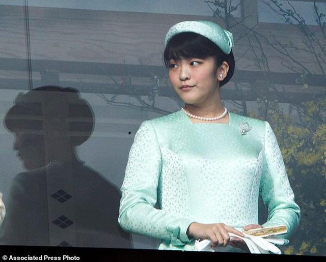 Mako nàng công chúa Nhật Bản: Rời hoàng tộc vì tình yêu, chấp nhận chờ hoàng tử trả nợ xong mới cưới - Ảnh 3.