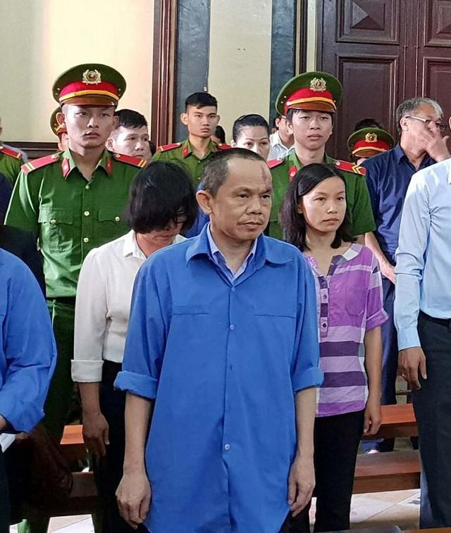 Lãnh đạo ngân hàng ngồi ở nhà thẩm định SVĐ Chi Lăng - Ảnh 1.