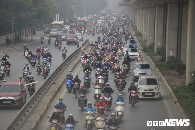 Ảnh: Dòng người len chặt trên tuyến đường Hà Nội dự định cấm xe máy - Ảnh 1.