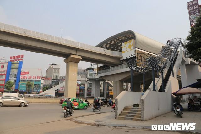Ảnh: Người nhện đu dây lau rửa ga tàu đường sắt Cát Linh - Hà Đông trước ngày hoạt động - Ảnh 2.