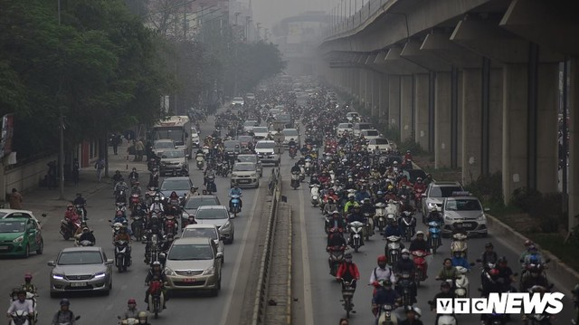Ảnh: Dòng người len chặt trên tuyến đường Hà Nội dự định cấm xe máy - Ảnh 6.