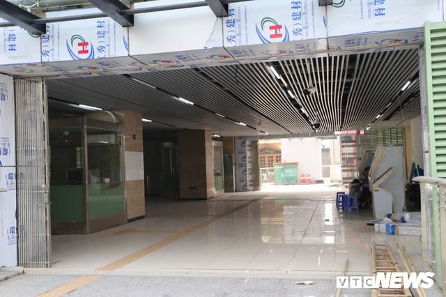 Ảnh: Người nhện đu dây lau rửa ga tàu đường sắt Cát Linh - Hà Đông trước ngày hoạt động - Ảnh 6.