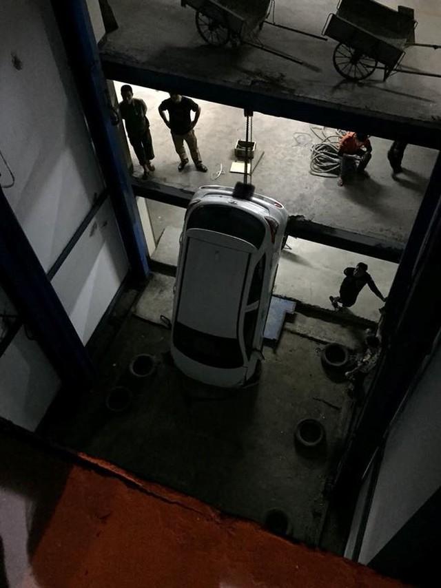 Hàng chục xe 4 bánh bị nhốt trong hầm chung cư sau sự cố hy hữu - Ảnh 1.