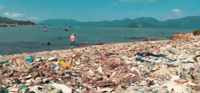 Clip về sự thay đổi của bãi biển Nha Trang nhờ nhóm bạn ngoại quốc khiến cộng đồng trầm trồ: Nơi ngập rác thành sân bóng cho trẻ em - Ảnh 2.