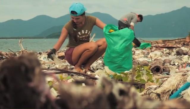 Clip về sự thay đổi của bãi biển Nha Trang nhờ nhóm bạn ngoại quốc khiến cộng đồng trầm trồ: Nơi ngập rác thành sân bóng cho trẻ em - Ảnh 3.