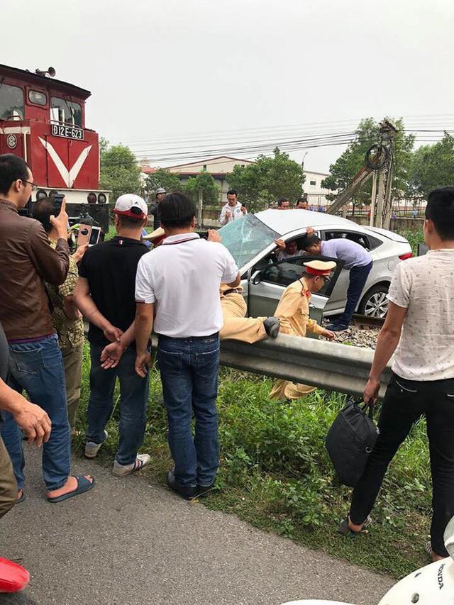 Tai nạn đường sắt 2 người tử vong ở Hải Dương: Ô tô bị tàu hoả đẩy khoảng 100 mét - Ảnh 1.