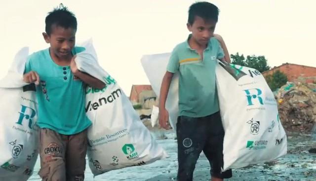 Clip về sự thay đổi của bãi biển Nha Trang nhờ nhóm bạn ngoại quốc khiến cộng đồng trầm trồ: Nơi ngập rác thành sân bóng cho trẻ em - Ảnh 6.