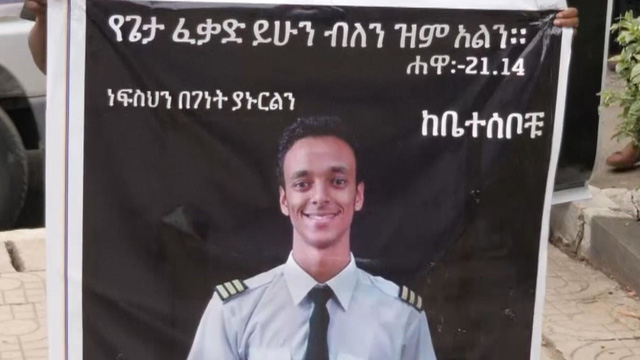 Tears aroused at the funeral of an Ethiopian airline pilot - Photo 1.