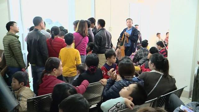 Cả nghìn trẻ Bắc Ninh về Hà Nội xét nghiệm sán lợn: BV không còn chỗ chen chân - Ảnh 3.