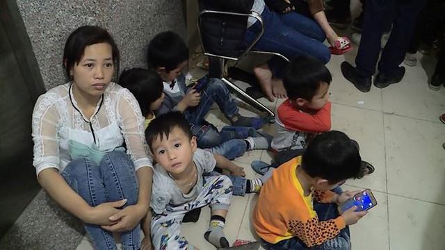 Cả nghìn trẻ Bắc Ninh về Hà Nội xét nghiệm sán lợn: BV không còn chỗ chen chân - Ảnh 4.