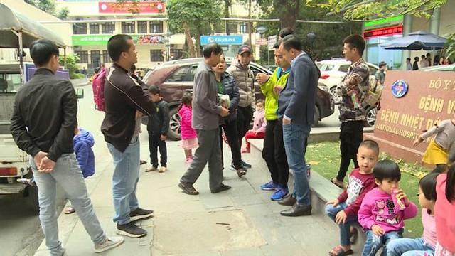 Cả nghìn trẻ Bắc Ninh về Hà Nội xét nghiệm sán lợn: BV không còn chỗ chen chân - Ảnh 6.