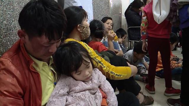 Cả nghìn trẻ Bắc Ninh về Hà Nội xét nghiệm sán lợn: BV không còn chỗ chen chân - Ảnh 7.
