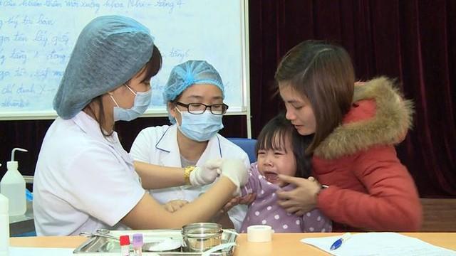 Cả nghìn trẻ Bắc Ninh về Hà Nội xét nghiệm sán lợn: BV không còn chỗ chen chân - Ảnh 9.