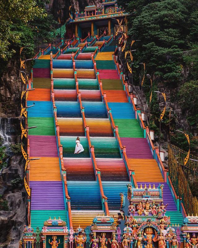 Không thể bỏ lỡ nấc thang cầu vồng 12 năm mới xuất hiện một lần tại hang động nổi tiếng nhất Malaysia - Ảnh 2.
