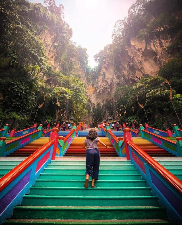 Không thể bỏ lỡ nấc thang cầu vồng 12 năm mới xuất hiện một lần tại hang động nổi tiếng nhất Malaysia - Ảnh 8.