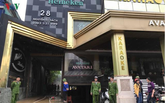 Hiện trường vụ cháy tổ hợp khách sạn, quán bar, karaoke ở TP Vinh - Ảnh 1.